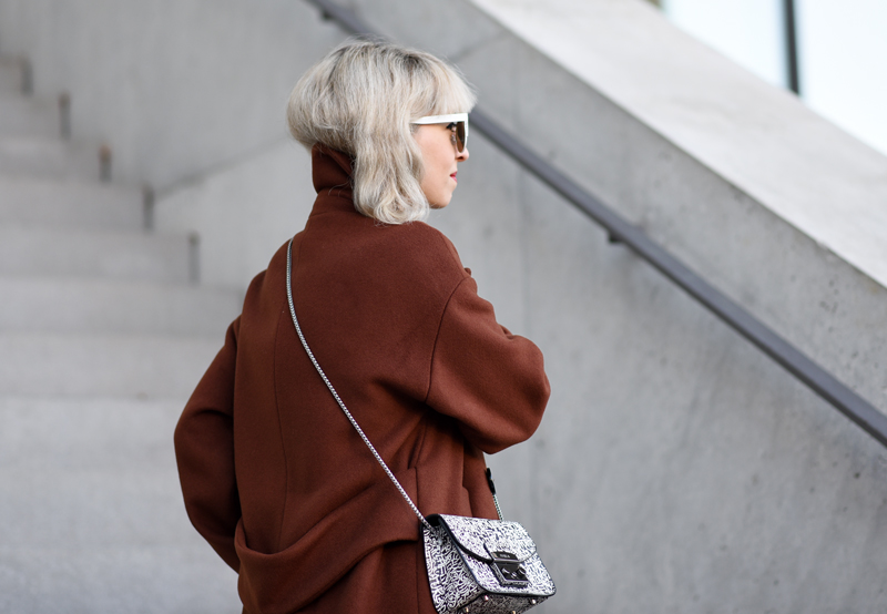 detail-back-oversized-coat-rostrot-brown-zara-outfit-blogger-nachgesternistvormorgen-muenchen-fashionblog-modeblog-look-casual-chic-streetstyle-furla-metropolis-urban