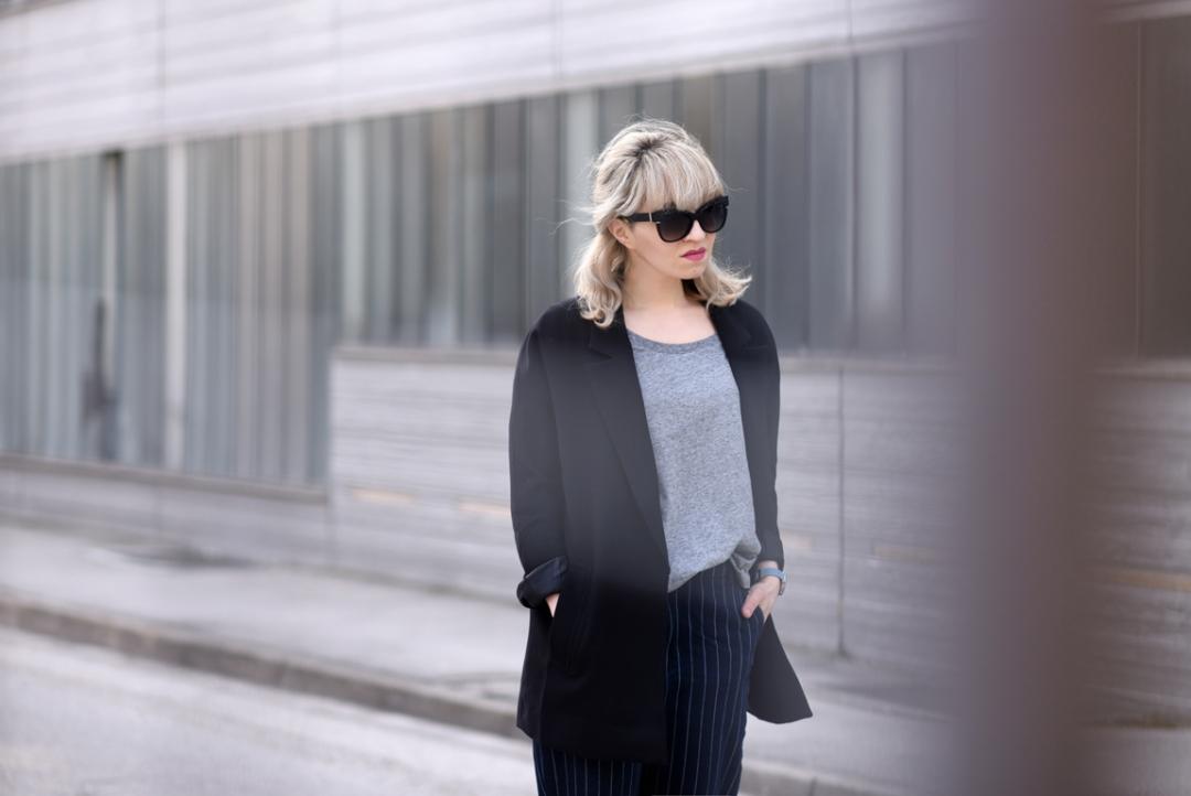 portrait-quer-pinstripe-nadelstreifen-denim-jeans-hose-blogger-modeblog-fashionblog-muenchen-nachgesternistvormorgen-navy-black-blazer-basics-outfit-ootd