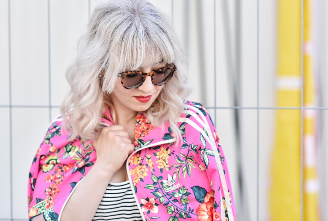 haare-adidas-outfit-jacke-blogger-muenchen-fashionblog-nachgesternistvormorgen-streifen-blumen-sommer