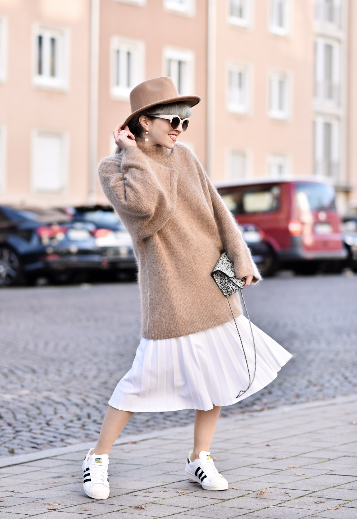 fashionblogger-modeblogger-muenchen-knit-strick-winter-outfit-streetstyle-plissee-midi-trend-camel-weiss