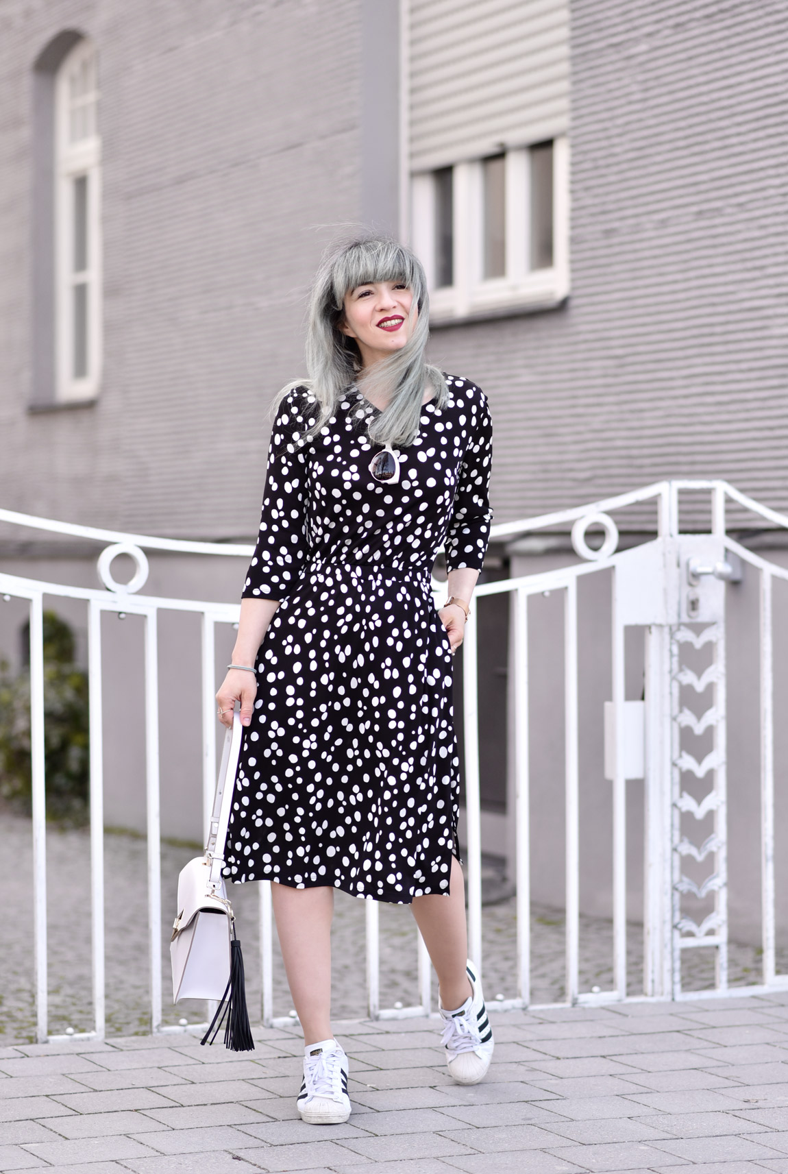otherstories, kleid, dress, cute, feminine, chic, girl, fashionblogger, modeblogger, münchen, ootd, streetstyle, midi, adidas, frühling, inspiration