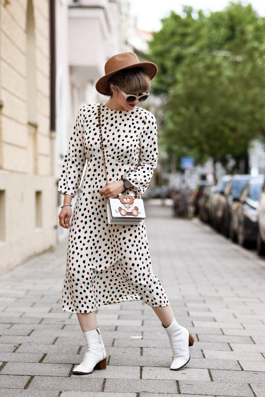 gepunktetes-kleid-midi-dress-fashionblogger-modeblogger-muenchen-style-punkte-dots-moschino-toy-streetstyle