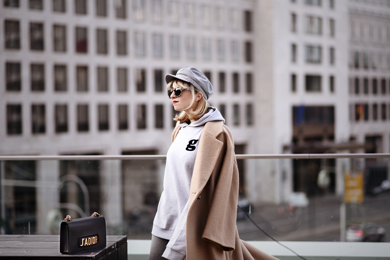 you, can, sit, with, us, logomania, dior, designer, fashion, mode, modeblog, berlin, fashionblog, kritik, outfit, streetstyle, winter, oversized, glamometer, bag, tasche, camel, mantel