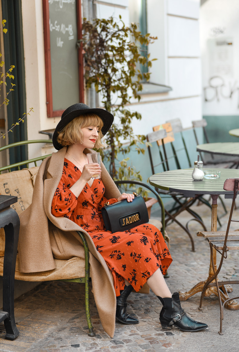 politisch, korrekt, outfit, berlin, cafe, fashionblogger, modeblog, lifestyle, midikleid, rot, streetstyle, outfit, look, ootd, bloggerstyle, inspiration, asos,
