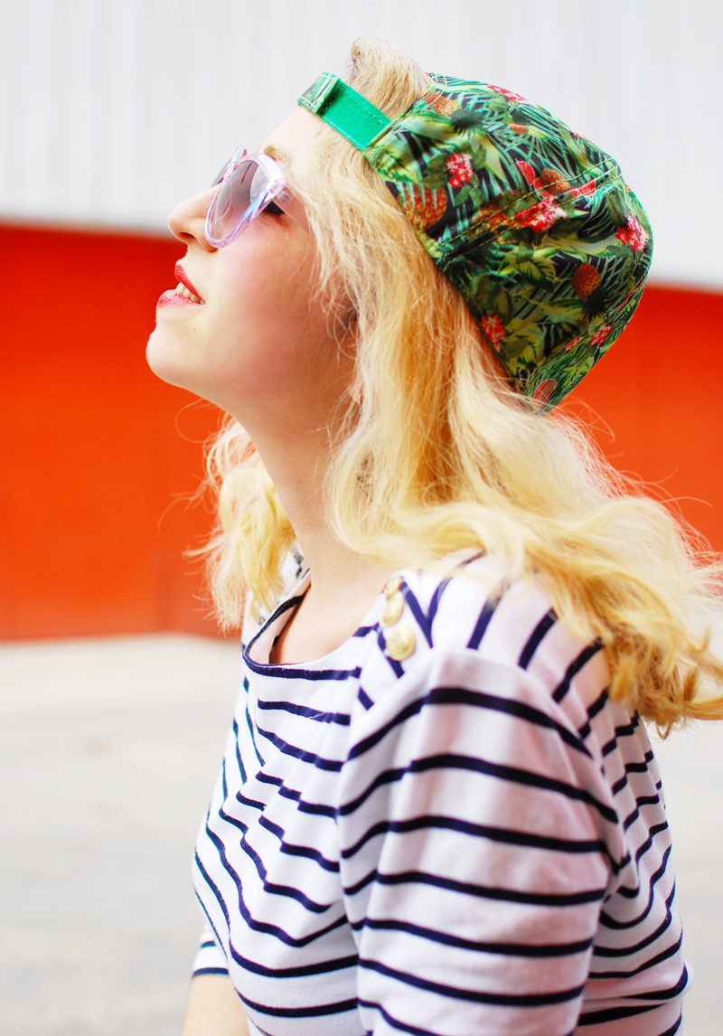 portrait-blogger-fashion-kappe-stripes-outfit-tropen-muster
