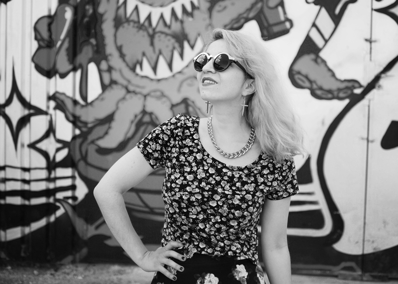 portrait-floral-crop-top-skirt-nachgesternistvormorgen-outfit-look-fashion-blogger-bw