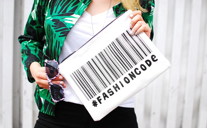 clutch-bag-detail-palmen-print-palm-blazer-zara-sale-distressed-denim-edgy-outfit-blogger-fashion