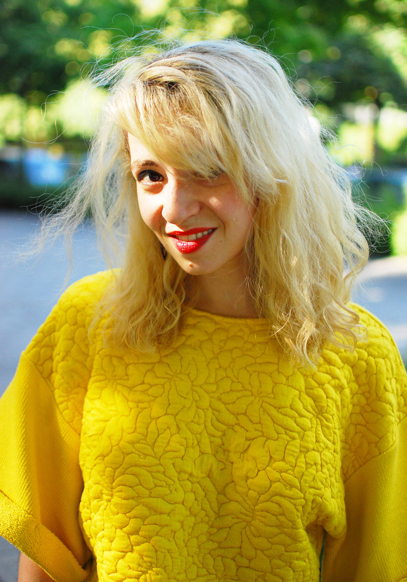 portrait-yellow-outfit-blogger-sweater-fashion-trend-summer