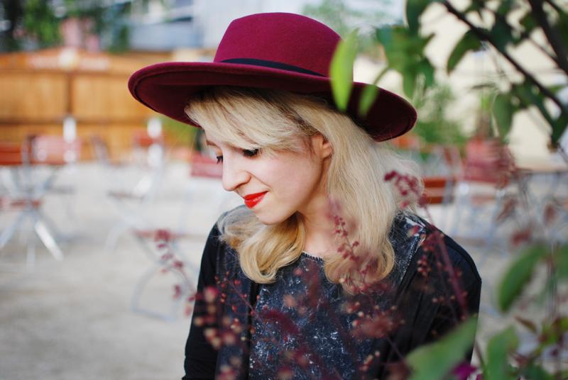 portrait-blogger-hat-hut-floppy-weinrot-trend-fashion-Kopie