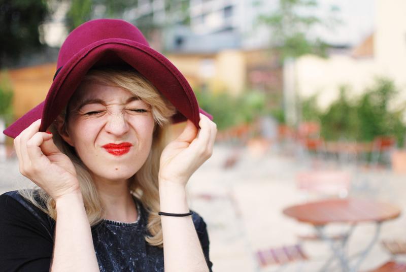 portrait-fun-spass-grimasse-hut-blogger-fashion