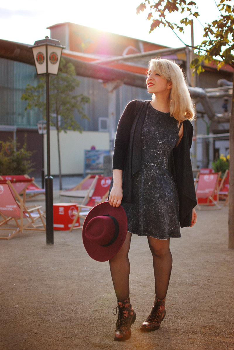 summer-fashion-blogger-mode-muenchen-hut-acid-washed-dress-outfit-style8-Kopie