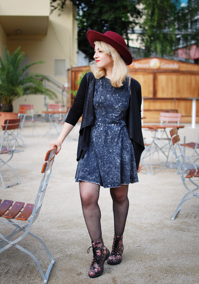 summer-fashion-blogger-mode-muenchen-hut-acid-washed-dress-outfit-style9