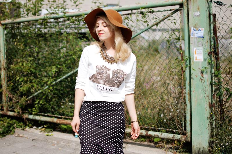 portrait-gepunkteter-rock-polka-dots-skirt-cognac-hat-schlapphut-celine-fashion-blogger-muc-nachgesternistvormorgen-3