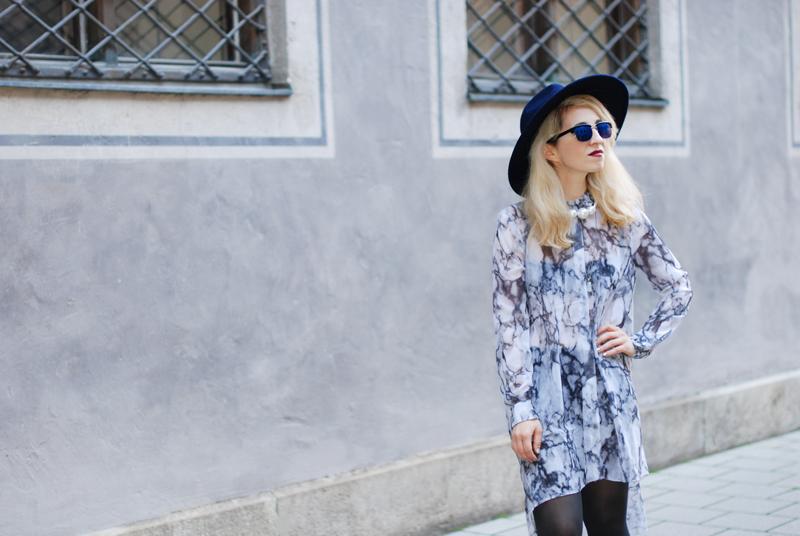 quer-sheer-chiffon-dress-marmoriert-blue-sunglasses-hat-fashionblogger-inspiration-outfit-monochrom