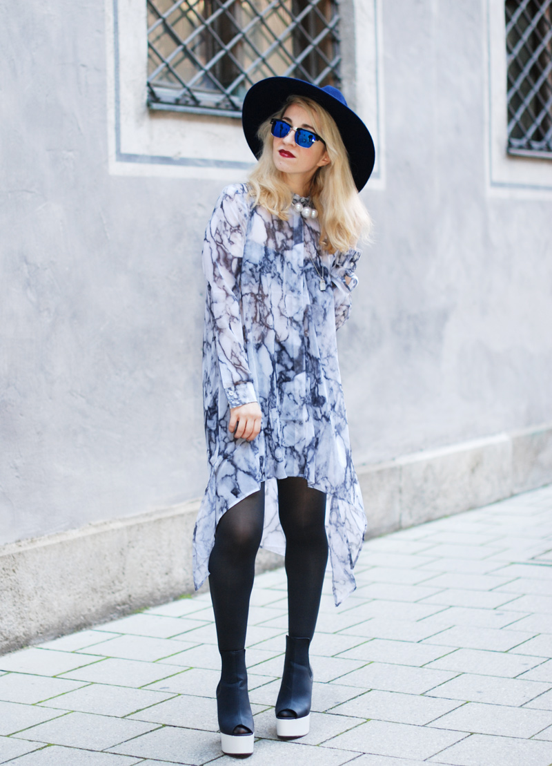 sheer-chiffon-dress-marmoriert-blue-sunglasses-hat-fashionblogger-inspiration-outfit-monochrom-004
