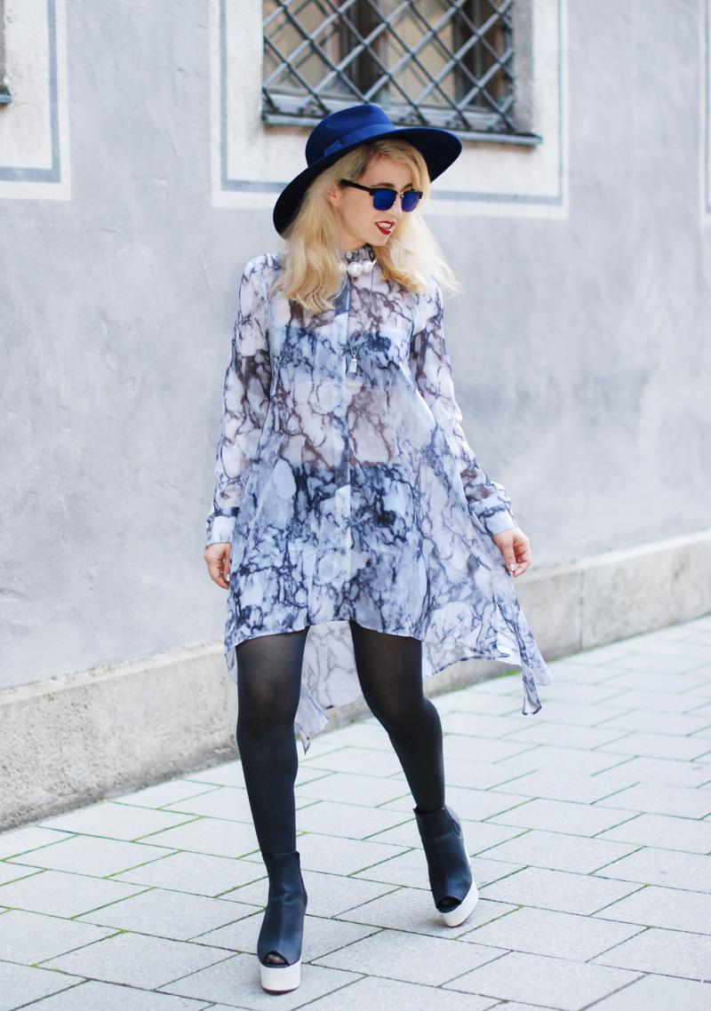 sheer-chiffon-dress-marmoriert-blue-sunglasses-hat-fashionblogger-inspiration-outfit-monochrom-6