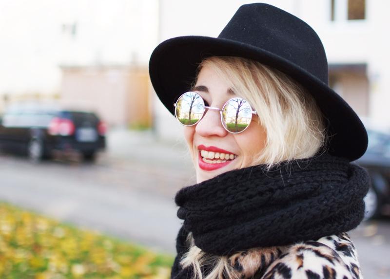 portrait-blogger-leo-leopard-mantel-hut