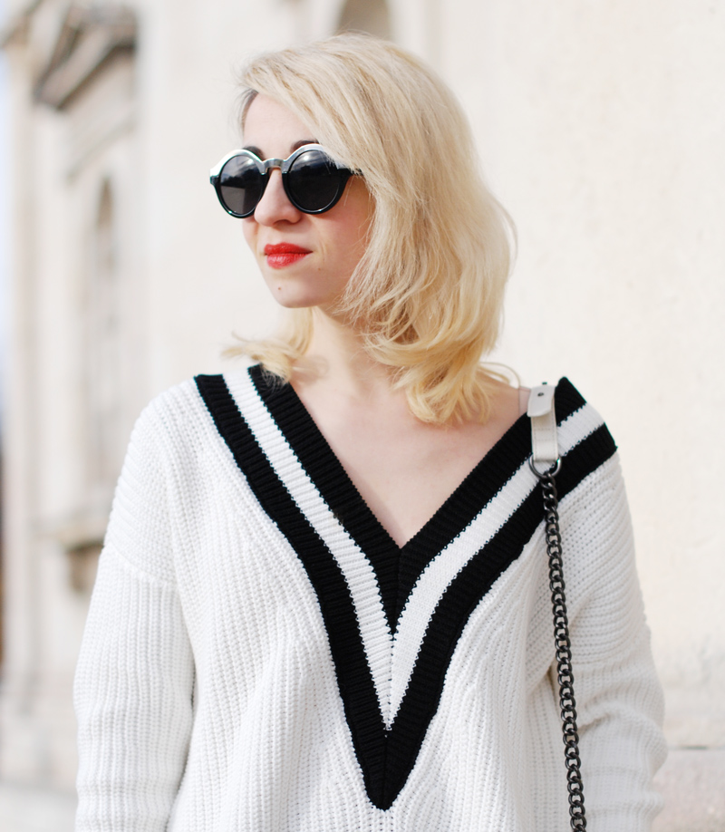 portrait-vneck-tennis-pullover-vausschnitt-knit-monochrom-schoesschen-rock-peplum-trend-outfit