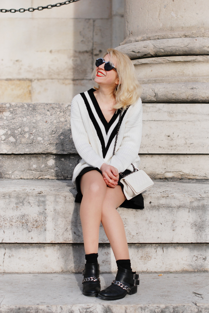 sit-vneck-tennis-pullover-vausschnitt-knit-monochrom-schoesschen-rock-peplum-trend-outfit
