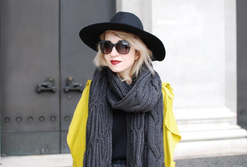 portrait-yellow-trench-zara-coat-leather-skirt-fashioblogger-munich-muenchen-nachgesternistvormorgen-outfit