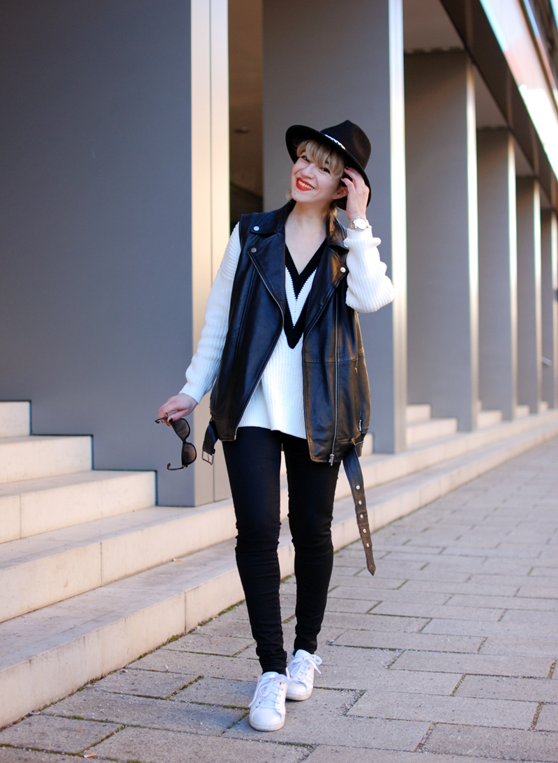 leather-vest-outfit-monochrom-trend-spring-vneck-fashionblogger-muenchen-4