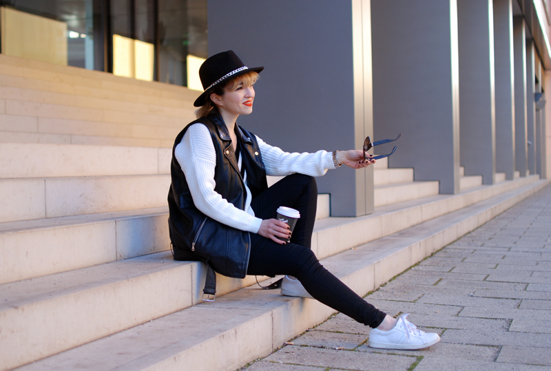 leather-vest-outfit-monochrom-trend-spring-vneck-fashionblogger-muenchen-quer