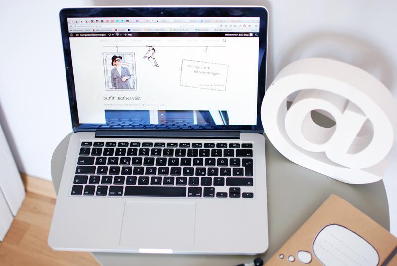 macbook-blogging-work-desk-1