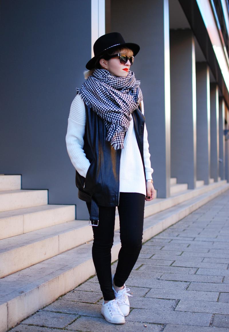 schal-leather-vest-outfit-monochrom-trend-spring-vneck-fashionblogger-muenchen