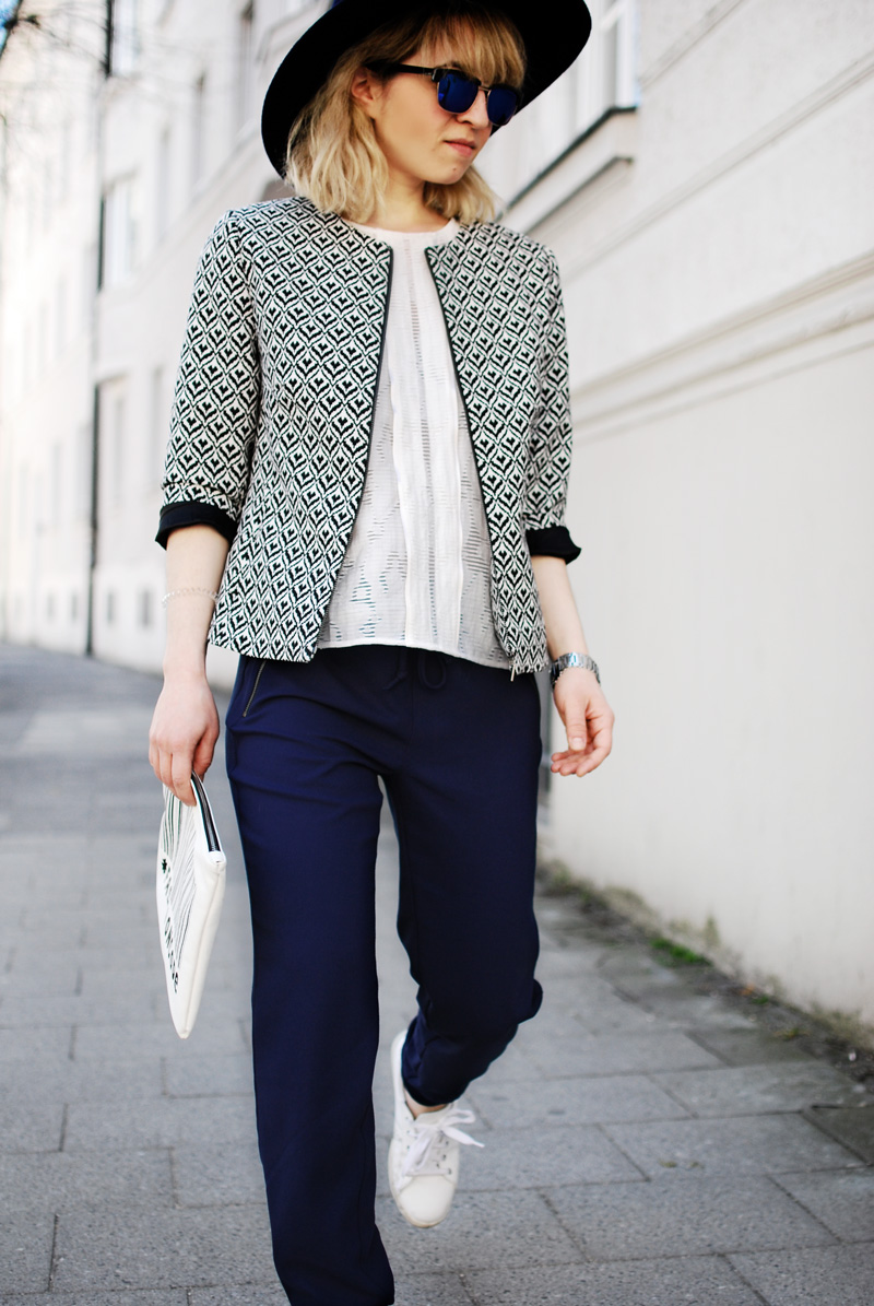 more-and-more-outfit-jogginghose-print-jacket-fashionblogger-22