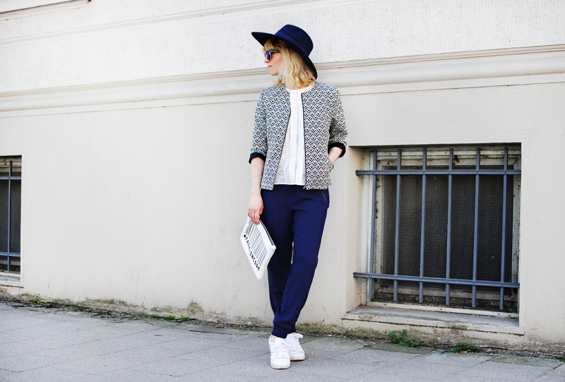 more-and-more-outfit-jogginghose-print-jacket-fashionblogger-quer
