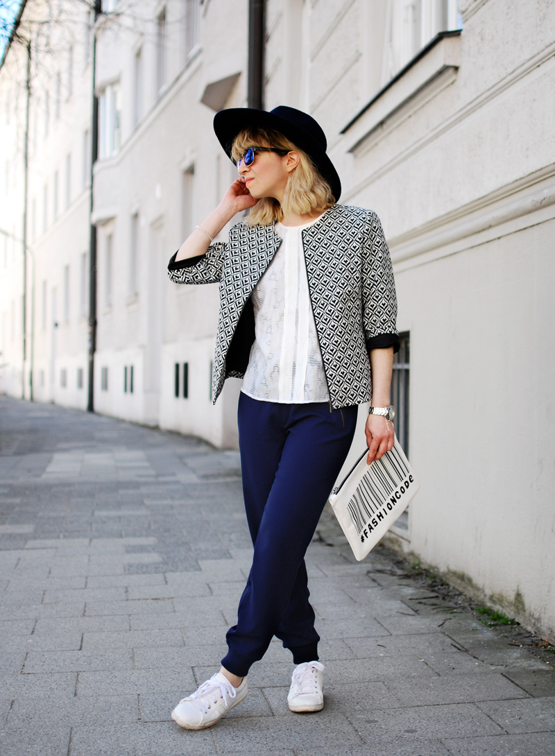 more-and-more-outfit-jogginghose-print-jacket-fashionblogger