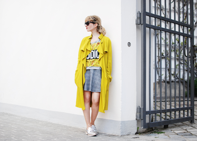 yellow-trenchcoat-funky-streetstyle-fashion-outfit-fashionblogger-quer