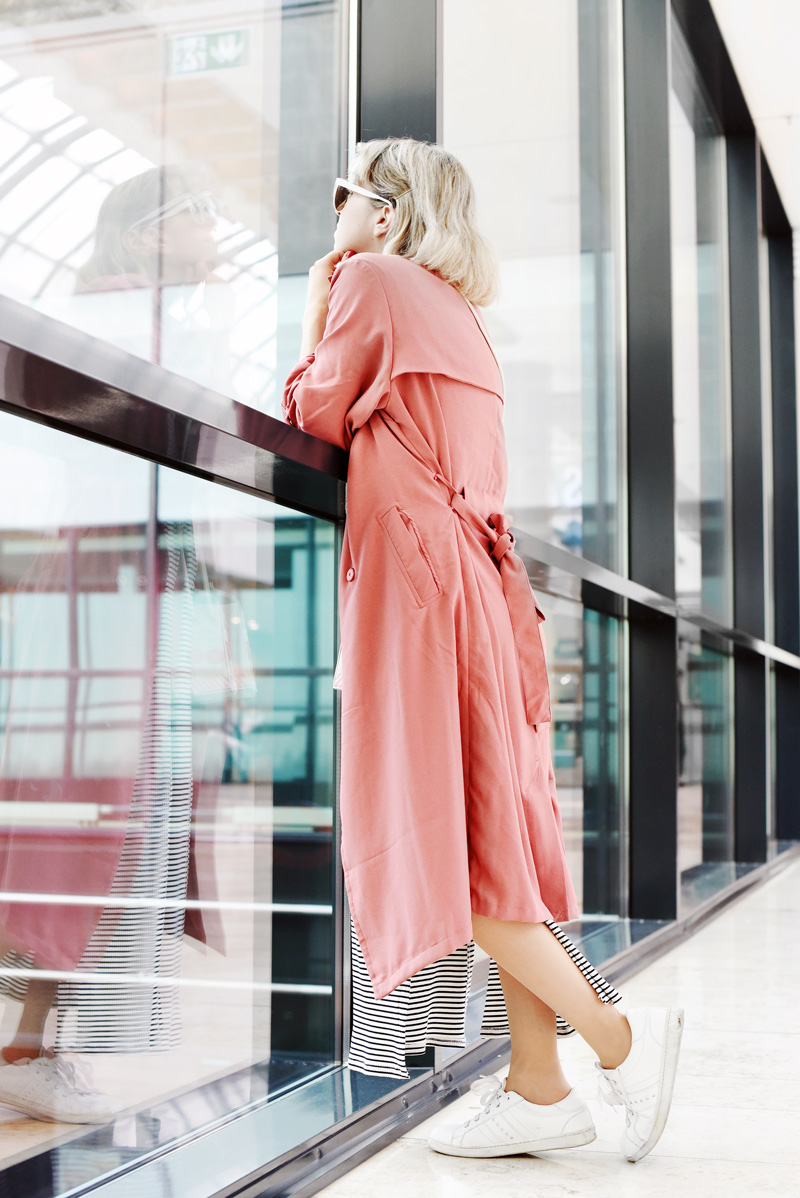 pink-trenchcoat-striped-maxi-dress-fashionblog-outfit-nachgesternistvormorgen-back