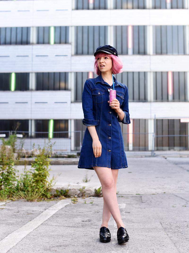 denim-dress-outfit-pinkhair-fashion-mode-fashionblog-nachgesternistvormorgen-muenchen-munich-outfit-ootd-inspiration-jeanskleid-2