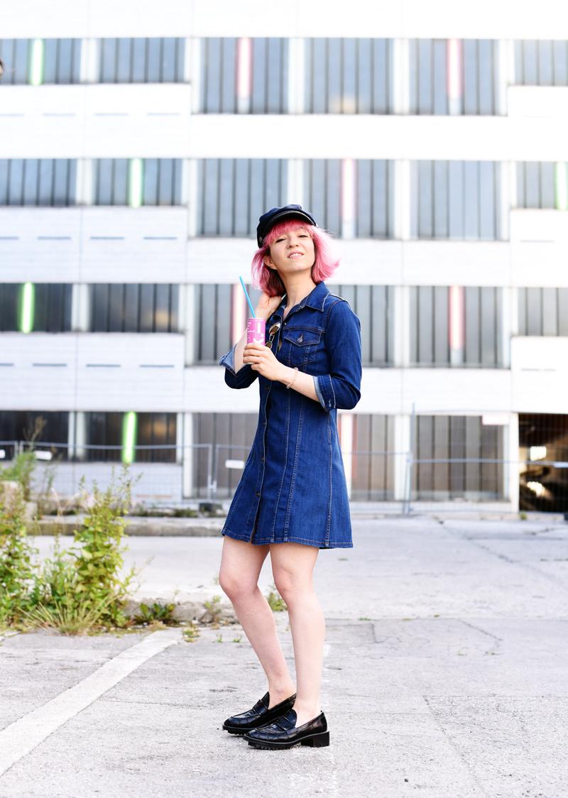 denim-dress-outfit-pinkhair-fashion-mode-fashionblog-nachgesternistvormorgen-muenchen-munich-outfit-ootd-inspiration-jeanskleid-1