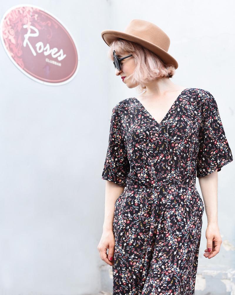 floral-jumpsuit-overall-fall-herbst-hat-darklips-nachgesternistvormorgen-fashionblogger-modeblog-munich-muenchen-pastellhaare-pastelhair-5