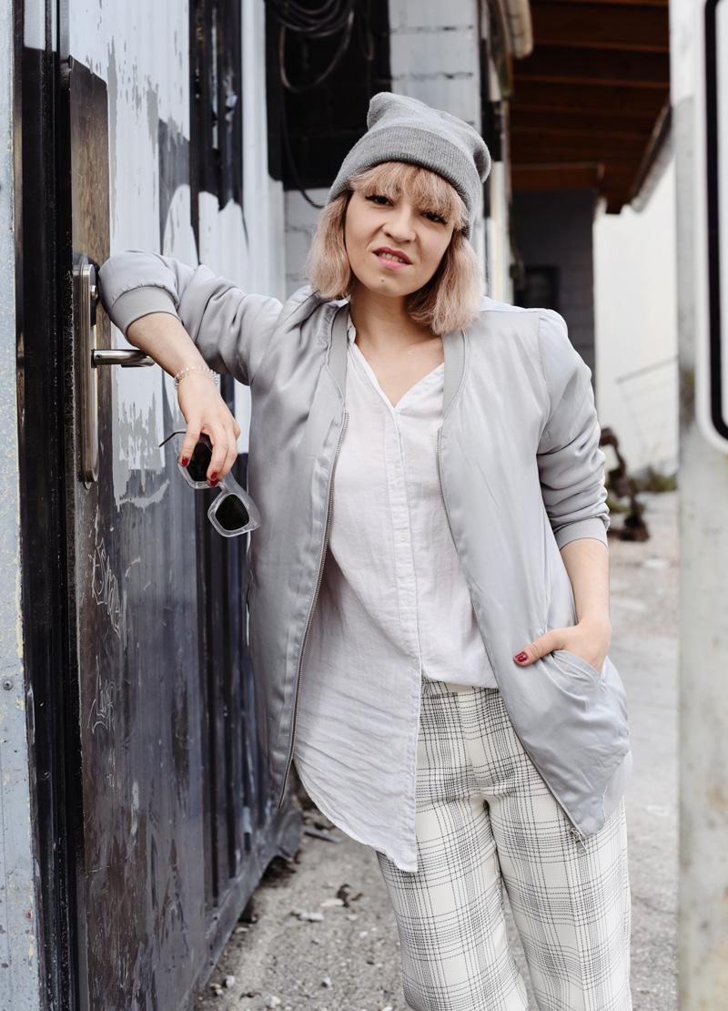 silver-bomber-jacket-white-grid-pants-zara-outfit-look-fashionblogger-muenchen-nachgesternistvormorgen-streetstyle-sporty-portrait-1