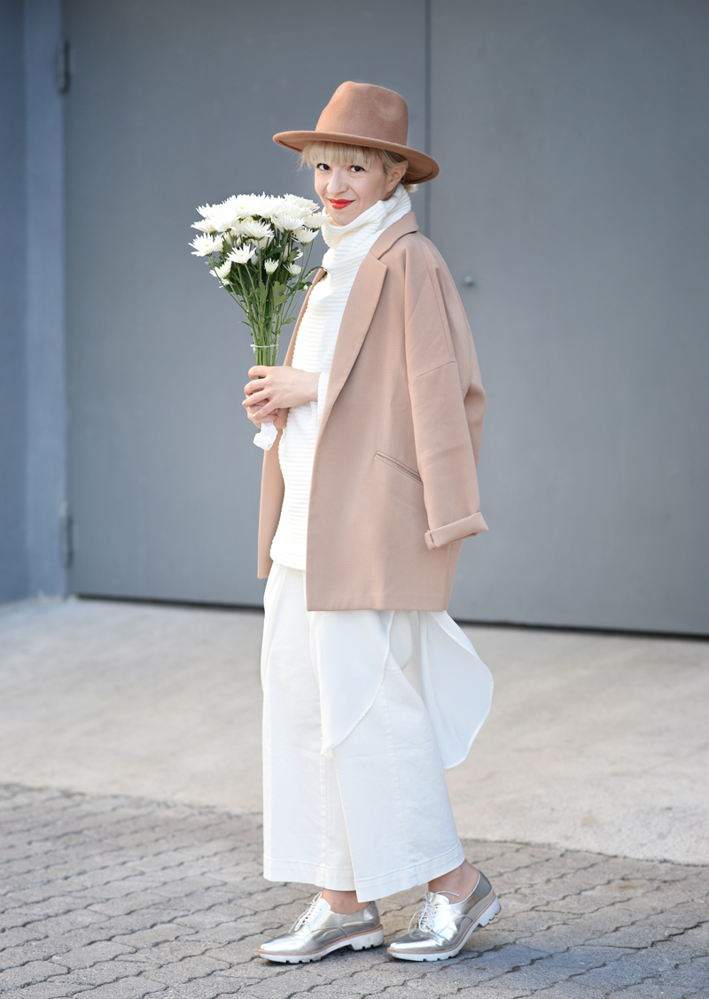 all-white-layering-nachgesternistvormorgen-outfit-streetstyle-layers-culotte-camel-look-style-fashionblog-muenchen-flowers-1