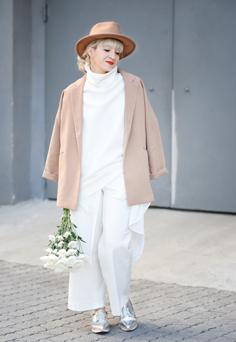all-white-layering-nachgesternistvormorgen-outfit-streetstyle-layers-culotte-camel-look-style-fashionblog-muenchen-flowers-11
