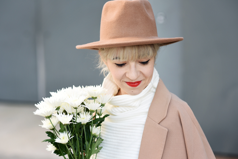 portrait-all-white-layering-nachgesternistvormorgen-outfit-streetstyle-layers-culotte-camel-look-style-fashionblog-muenchen