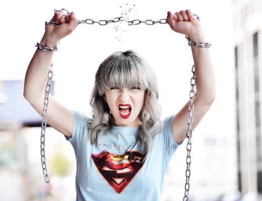 supergirl, muenchen, alltagsheldinnen, serie, tv, suess, locken, wellen, haare, firsur, kette, ketten, sprengen