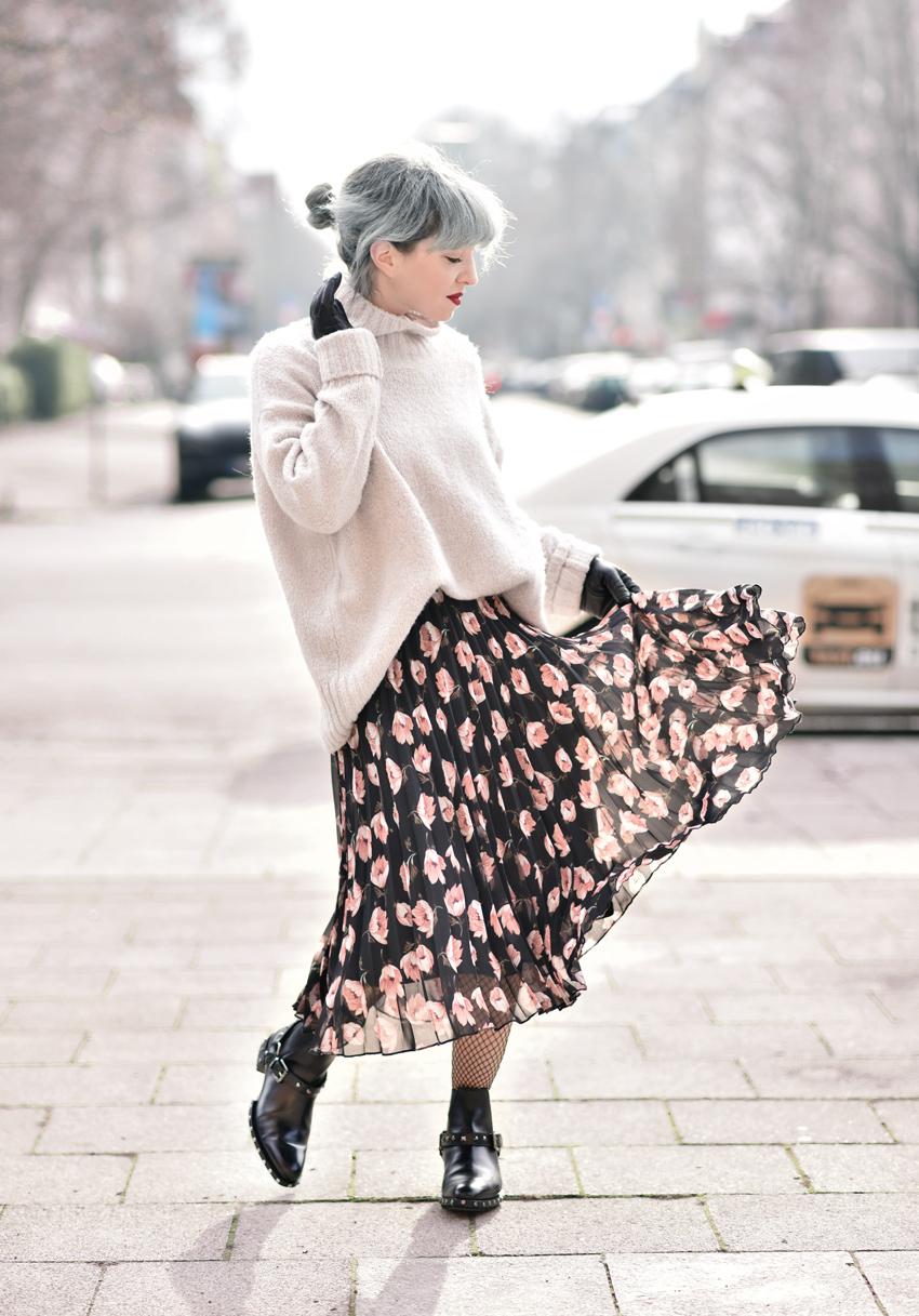 blumen, rock, pullover, winter, fashionblogger, modeblogger, muenchen, silverhair, trend, inspiration, midi, boots, fishnets, netzstrumpfhose