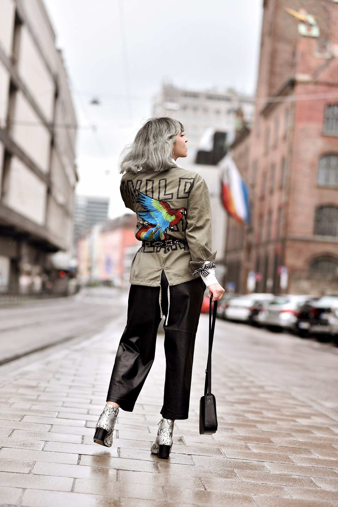 outfit, streetstyle, bestickt, stickerei, muenchen, fashionblogger, modeblogger, parka, culotte, silber, haare