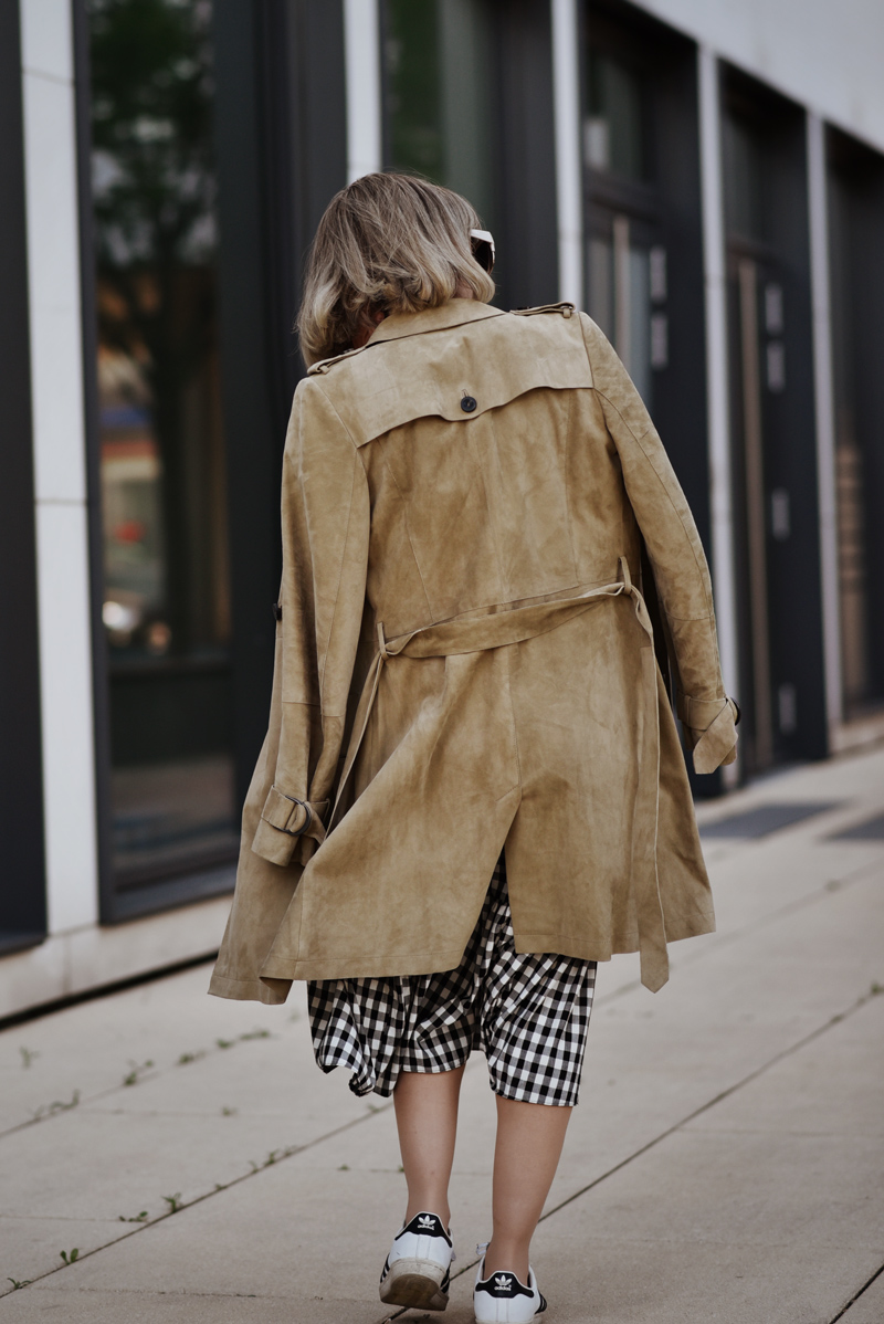 wildleder, suede, trenchcoat, outfit, fashionblogger, modeblogger, streetstyle, muenchen, kariert, rock