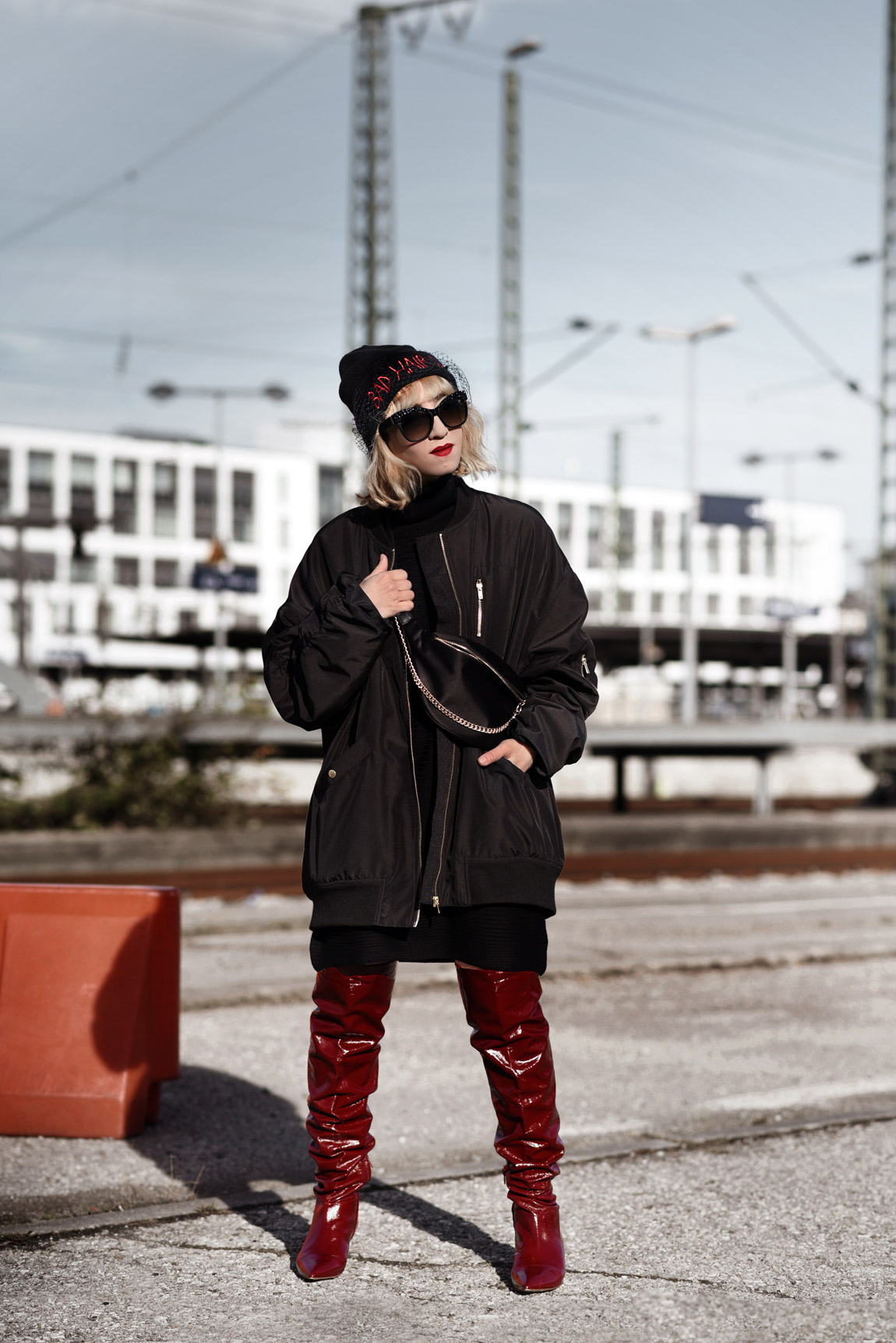 overknees, oversize, trend, rot, lackleder, fashionblog, modeblog, fashionblogger, münchen, streetstyle, bomberjacke, ootd, outfit, look, schwarz, inspiration