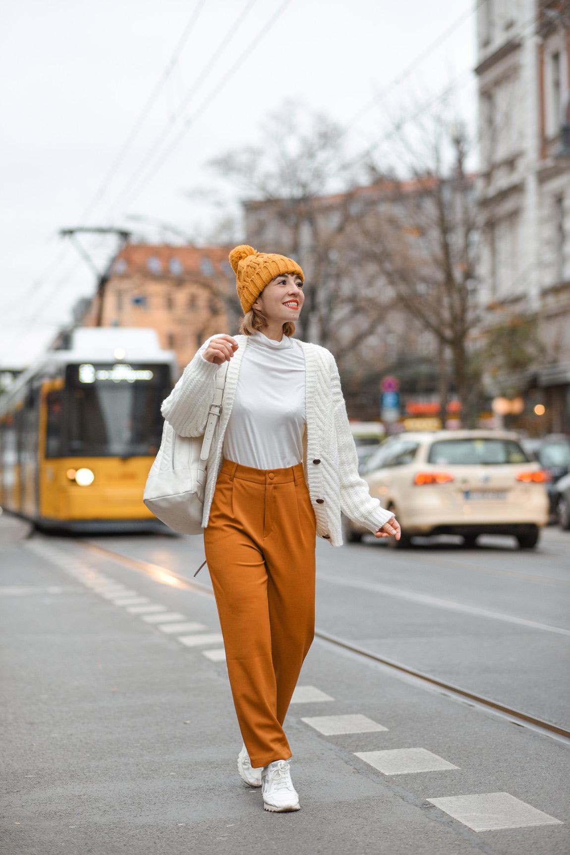 öffis, bvg, berlin, outfit, streetstyle, gelb, senfgelb, fashionblogger, lifestyleblogger, modeblogger, outfit, trambahn