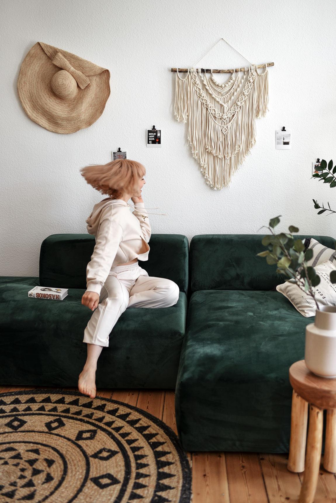 mycs, couch, samt, grün, green, berlin, sofa, interior, schlafsofa, wohnen, living, blogger, blog, boho, bohemian, pflanzen, altbau, einrichtung, deko, pinterest